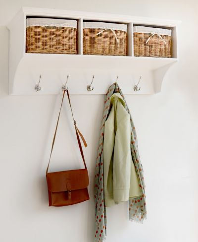 White hanging shelf with 3 natural baskets